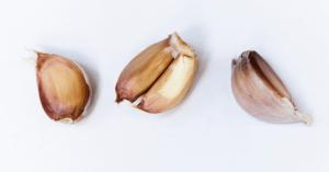 Cómo aliñar aceitunas con ajos
